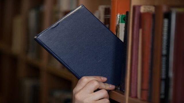 本を入れる手